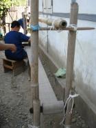 Femme Lisu tissant le lin. Photo Marchés d'Asie.