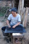 Teinture à l'indigo du coton, et plissage d'une jupe. Photo Marchés d'Asie.