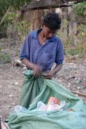 A Sittwe, la collecte des emballages recyclables