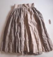 Jupe Lisu de Putao faite de 57 lais rayés et de neuf lais blanc de 9 cm de large chacun. Tissage en chanvre.