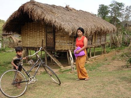 Distribution de moustiquaires. Photo Marchés d'Asie.