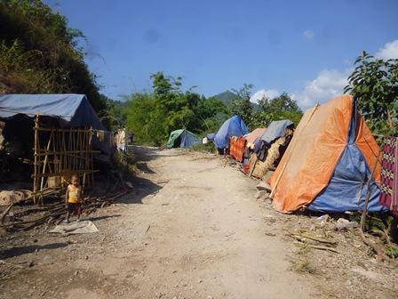 Campement nomade des travailleurs du chantier. Photo Marchés d'Asie.