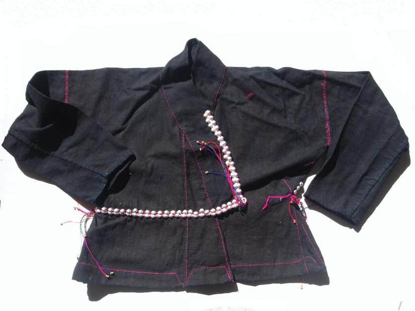 Chemise pour femme en coton teint à l'indigo. Ajout de cabochons en métal, coutures en couleur Photo Marchés d'Asie.