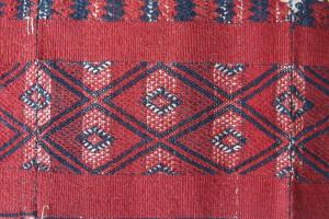 Détail d'un tissage Kachin fait de trois bandes de tissu cousues. Photo Marchés d'Asie.