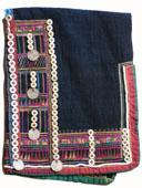 Bonnet en coton. Ajout de boutons, perles et graines ; appliqué de tissu. Photo Marchés d'Asie.