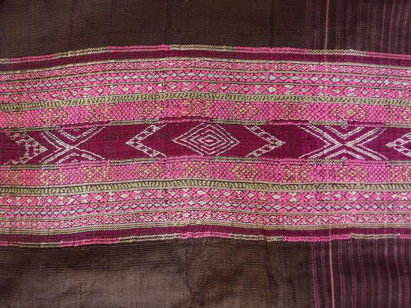 Détail d'une robe en soie. Photo Marchés d'ASie.