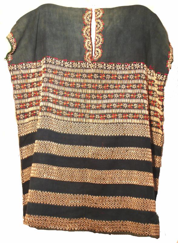 Tunique Karen en coton teint à l'indigo. Ajout de graines. Photos Marchés d'Asie.